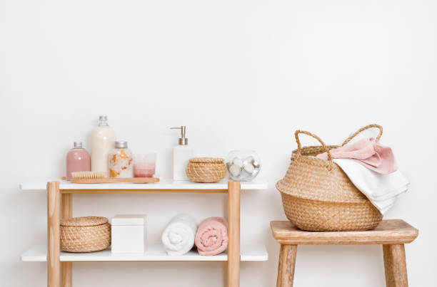 spa łazienka wnętrze z drewnianą półką, stołek i produktów do pielęgnacji skóry - akcesorium osobiste zdjęcia i obrazy z banku zdjęć