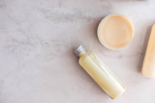 wellness schönheit kosmetik auf weißem marmor - glaswaschtisch stock-fotos und bilder