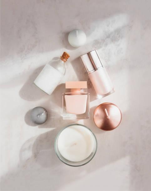 wellness beauty produkte flatlay in für x-mas baum - weihnachtsessen ideen stock-fotos und bilder