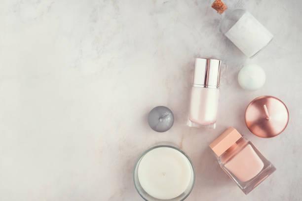 wellness-beauty-produkte auf weißen marmor tisch flatlay - kosmetikprodukte stock-fotos und bilder