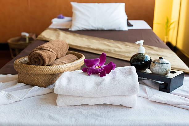 kostenloses spa-package, auf dem bad - badewannenkissen stock-fotos und bilder