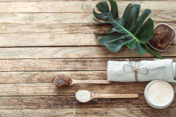 spa composition with towels and tropical leaf on a wooden background. - oleo palma imagens e fotografias de stock