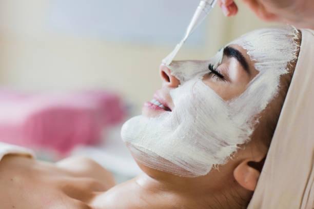wellness gesichtsmaske anwendung - peeling bürste stock-fotos und bilder
