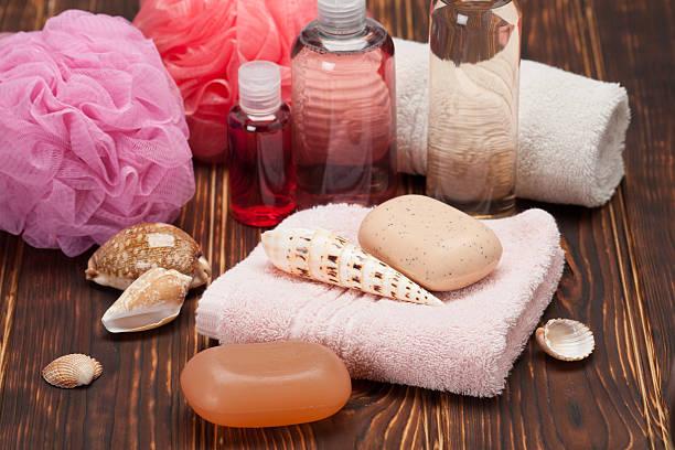 спа-kit. шампунь и мыло и лосьон для тела. полотенца. деревянном фоне - rbg стоковые фото и изображения