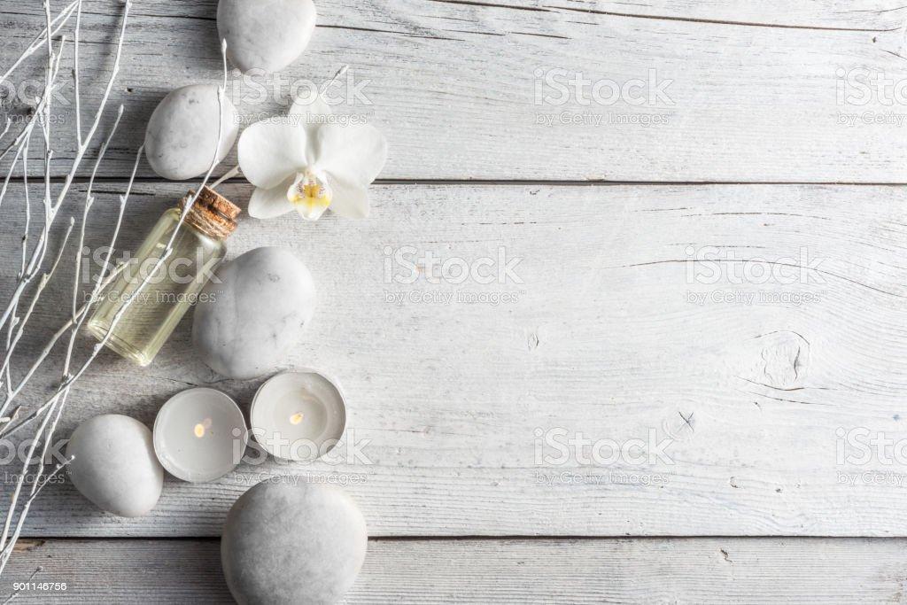 Huile de Spa, de blanc zen équilibre pierres et orchidée sur la table en bois, vue de dessus - Photo