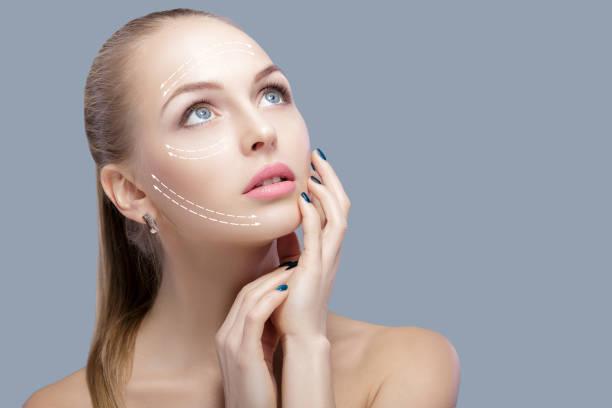 spa-porträt von attraktiven frau mit pfeilen auf gesicht face lifting konzept. plastische chirurgie behandlung, medizin - gesicht make up anleitungen stock-fotos und bilder
