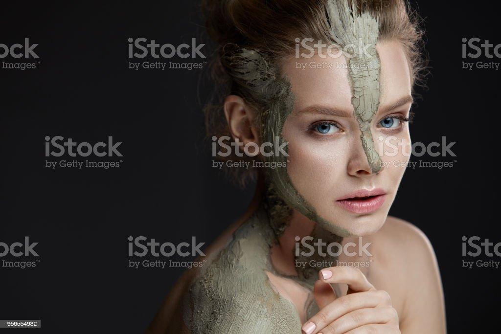 Spa-Verfahren. Weibchen mit kosmetischen Gesichts- und Körpermaske - Lizenzfrei Attraktive Frau Stock-Foto