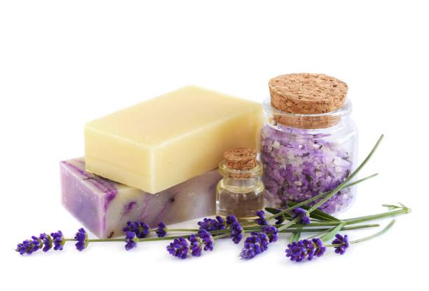 wellness-produkte und lavendel blumen auf weißem hintergrund - makeup selbst gemacht stock-fotos und bilder
