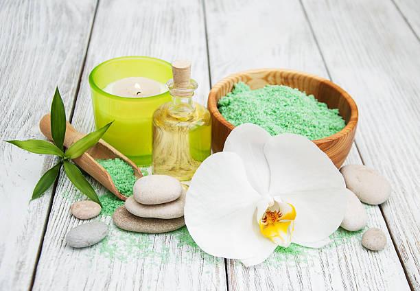 spa products and white orchids - steingut geschirr stock-fotos und bilder