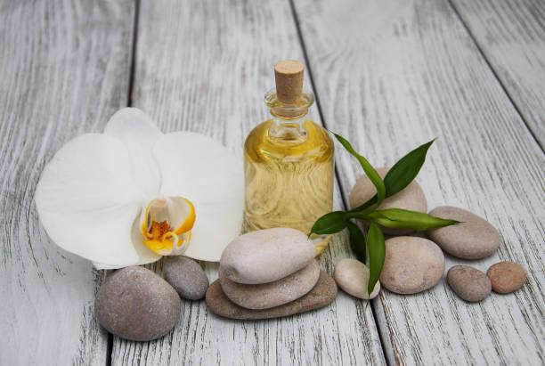 spa-produkte und weiße orchideen - steingut geschirr stock-fotos und bilder