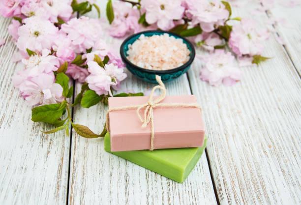wellness-produkte mit sakura blüte - steingut geschirr stock-fotos und bilder