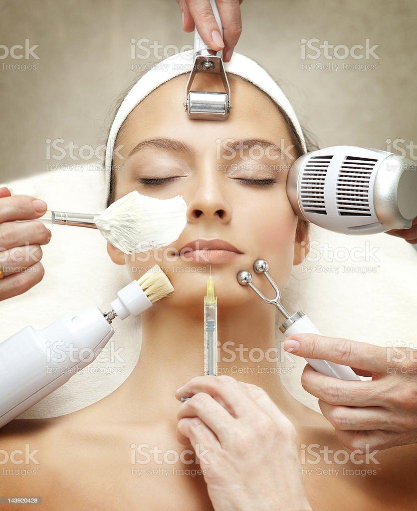 Série de Spa: Jeune Belle femme avoir plusieurs de nos soins du visage. photo libre de droits