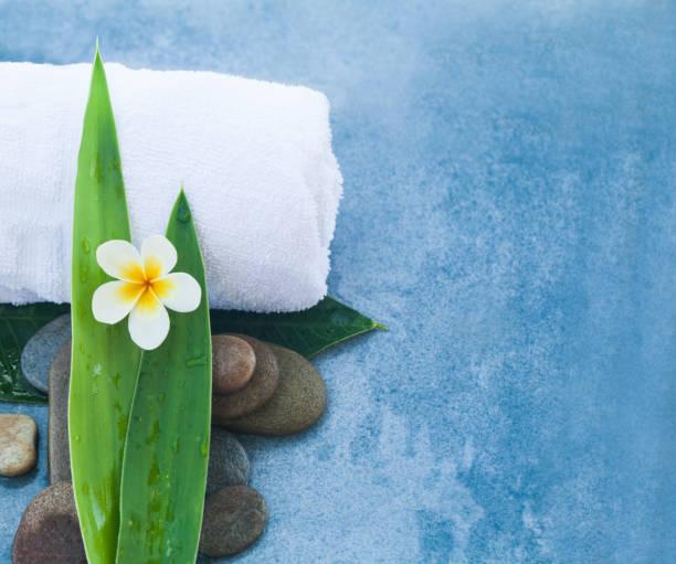 wellness set für massage gesunde behandlung auf blauem hintergrund. - steingut geschirr stock-fotos und bilder