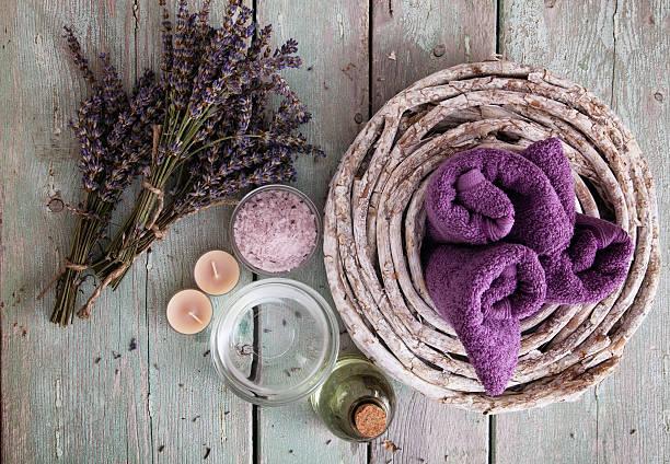 spa-ambiente - badewanne holz stock-fotos und bilder