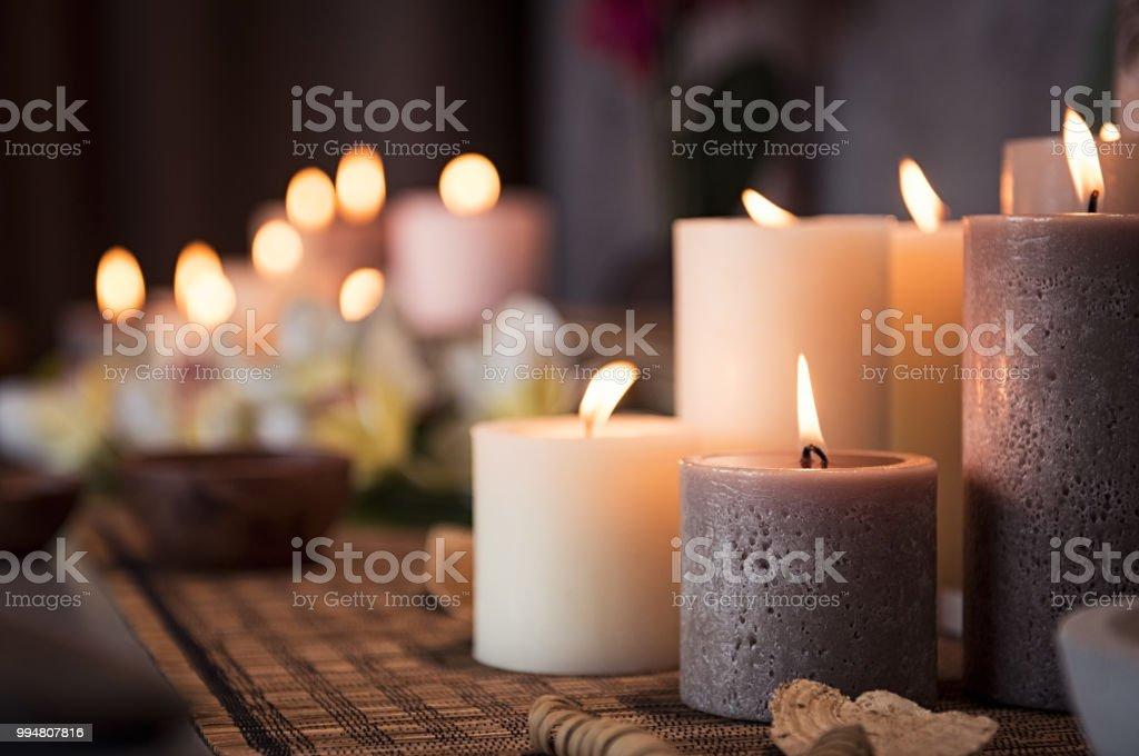 Cadre de spa avec des bougies aromatiques - Photo