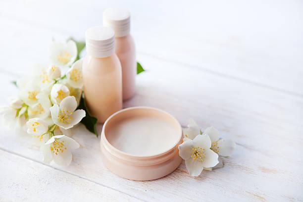 spa-ambiente mit schönheit creme und weißen jasmin blume - badezimmer fotos stock-fotos und bilder