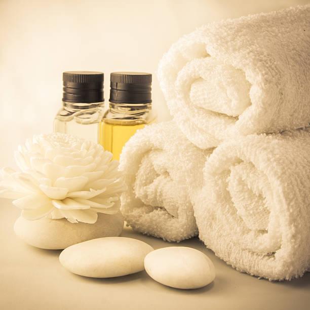 spa-ambiente mit handtücher im badezimmer - sauna textilien stock-fotos und bilder
