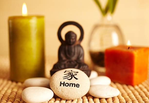 spa still life-buddha-statue und kerzen, heim pebble - feng shui einrichten stock-fotos und bilder