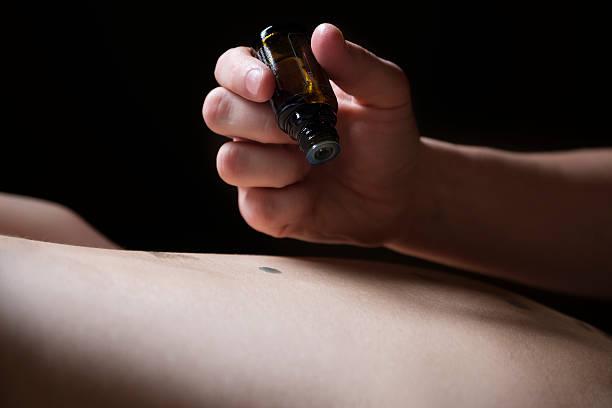 Spa-Therapeut Sie mit einer Aromatherapie-massage – Foto