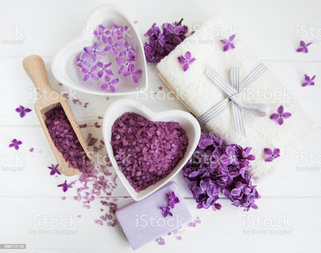 Spa handduk och massera produkter med lila blommor - Royaltyfri Alternativ terapi Bildbanksbilder