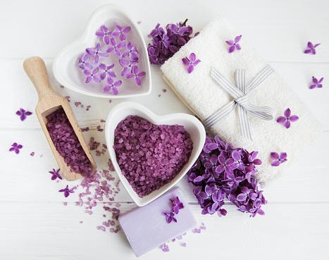 Spa Handduk Och Massera Produkter Med Lila Blommor-foton och fler bilder på Alternativ terapi