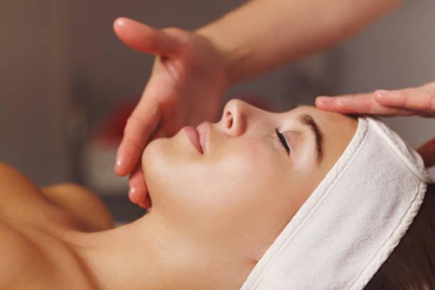 Cure thermale. Massage du visage - Photo