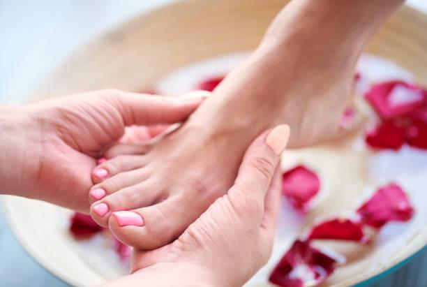 spa-behandlung für müde füße - fußpflege stock-fotos und bilder