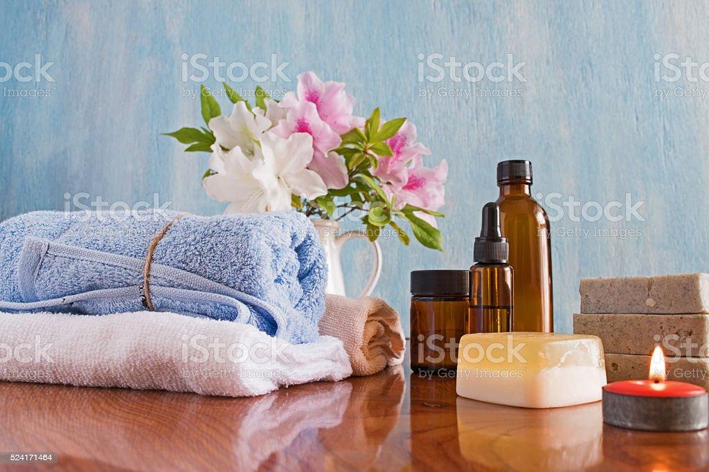 Zabiegi Spa na drewnianym stole niebieskie tło – zdjęcie