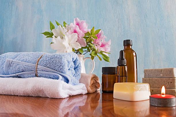 Tratamientos de Spa sobre una mesa de madera fondo azul - foto de stock