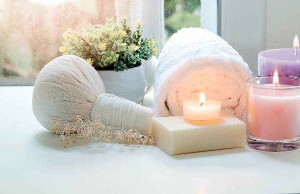 Tratamientos de spa sobre mesa blanca, belleza y concepto de spa. - foto de stock