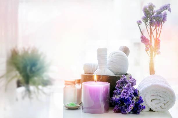 Tratamientos de spa sobre mesa blanca en el fondo del baño. - foto de stock