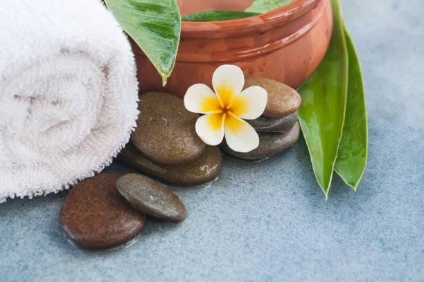 wellness tropische organische objekte und steinen für entspannung massage-behandlung - steingut geschirr stock-fotos und bilder