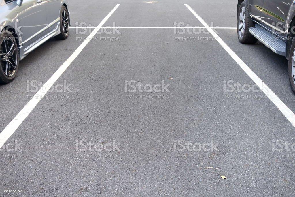 space between cars in parking lot - Zbiór zdjęć royalty-free (Asfalt)