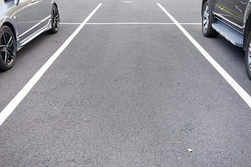 Space Between Cars In Parking Lot - zdjęcia stockowe i więcej obrazów Asfalt