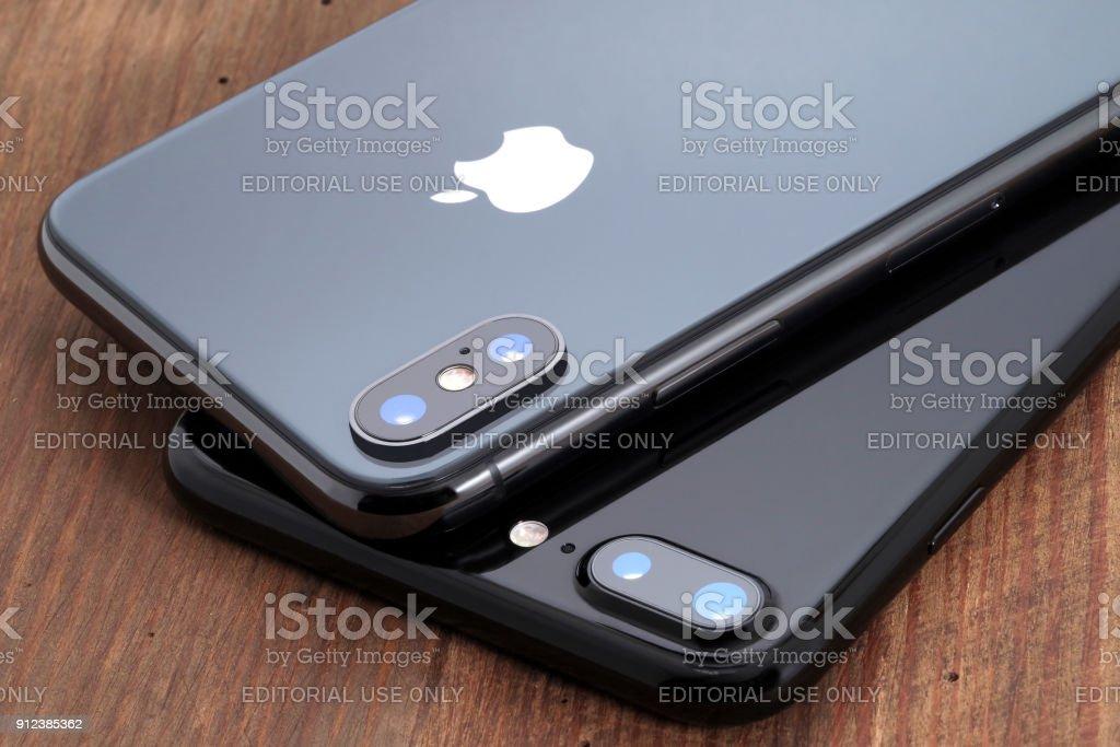 Espaço cinza iPhone X e iPhone preto 7. - foto de acervo