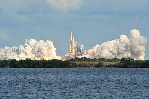 space shuttle atlantis startet - kennedy space center stock-fotos und bilder