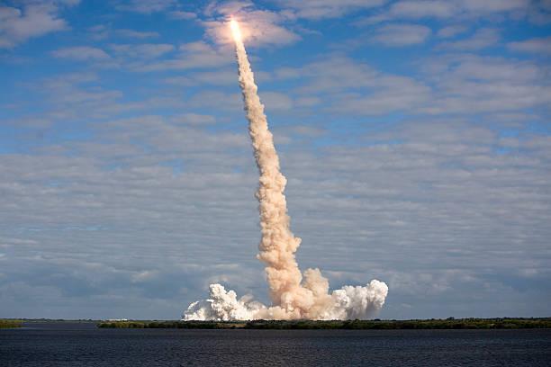 nasa sts – 129 space shuttle-service cloud burst - kennedy space center stock-fotos und bilder