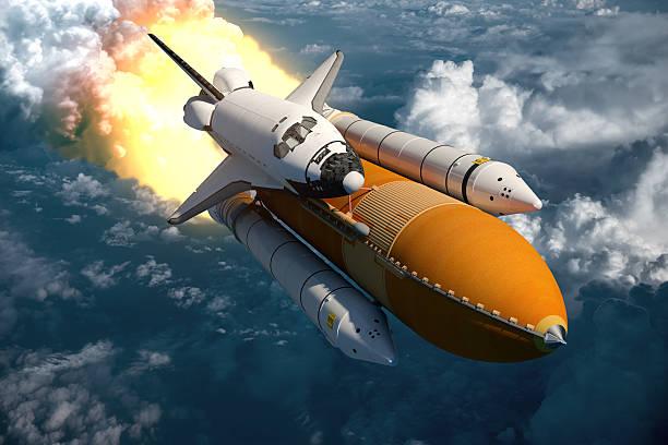 navetta spaziale volare sopra le nuvole - esplorazione spaziale foto e immagini stock