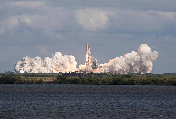 nasa sts – 129 space shuttle launch - kennedy space center stock-fotos und bilder