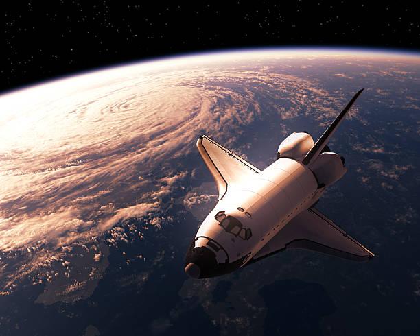 space shuttle orbiting planet earth - esplorazione spaziale foto e immagini stock