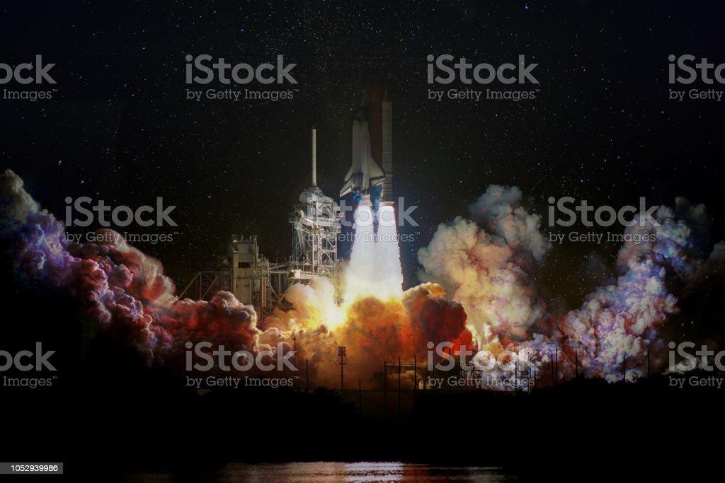 Lancement du vaisseau spatial de nuit, paysage avec des nuages de fumée colorées et fond galaxie. Les éléments de cette image fournie par la NASA. - Photo