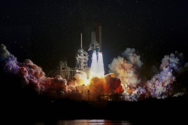 de lancering van het ruimteschip in de nacht, landschap met kleurrijke rook wolken en galaxy achtergrond. de elementen van dit beeld ingericht door nasa. - ruimtevaart voertuig stockfoto's en -beelden