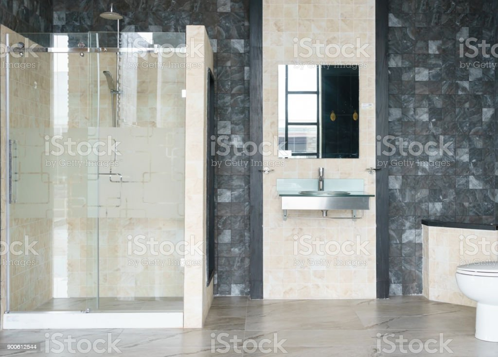 Fotografía de Interior Amplio Y Luminoso Cuarto De Baño Moderno Con ...