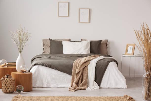 geräumiges schlafzimmer-interieur in beige und olivenfarbe - schlafzimmer stock-fotos und bilder