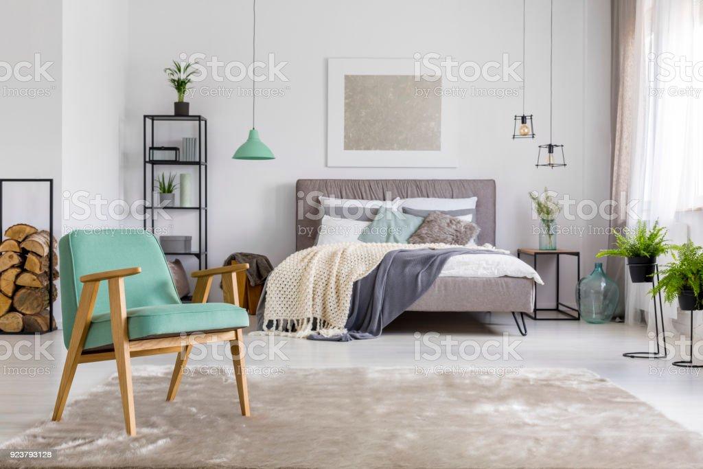 Geräumiges Schlafzimmer Mit Sessel Stock-Fotografie und mehr Bilder ...