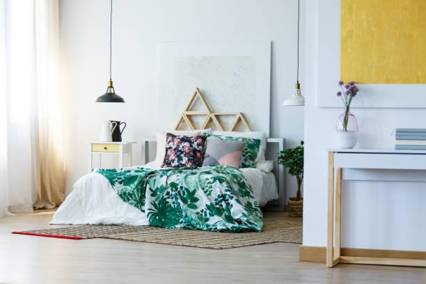 geräumiges schlafzimmer mit dreieck-regale - lila, grün, schlafzimmer stock-fotos und bilder