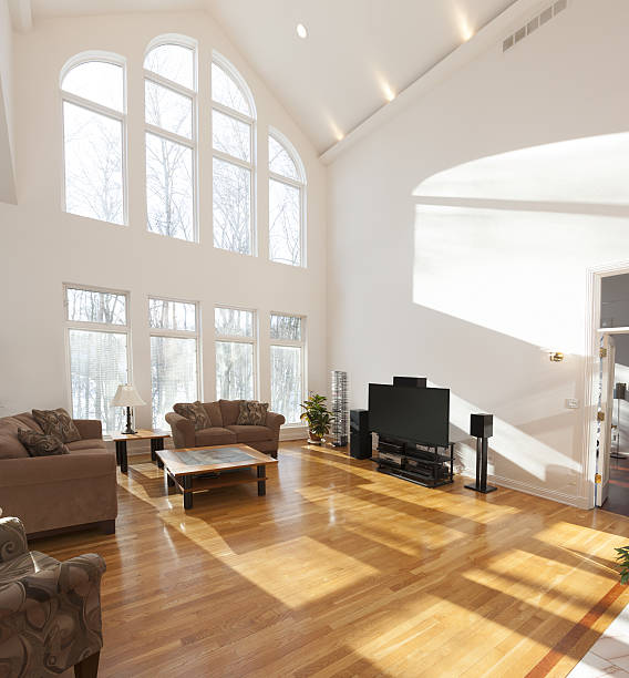 spacious bright family room with cathedral ceiling and window wall - große wohnzimmer stock-fotos und bilder