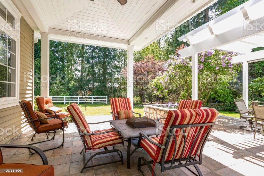 Großzügige Überdachte Terrasse Terrasse Mit Tisch Und Rote ...