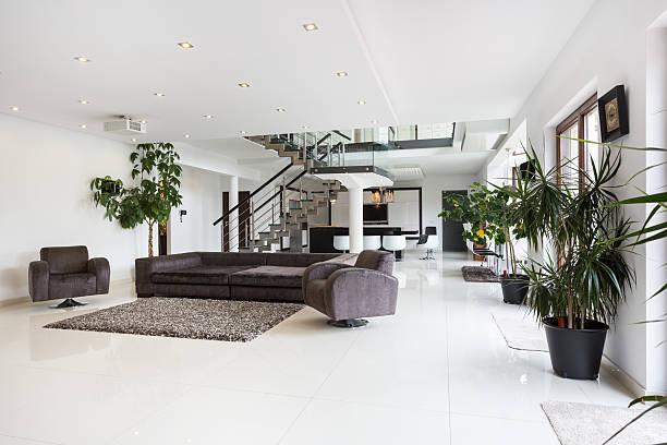 geräumige designer-zimmer - moderner dekor für ferienhaus stock-fotos und bilder