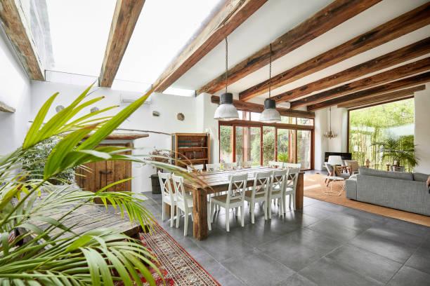 Geräumiger Essbereich in einem hellen renovierten mediterranen Bauernhaus – Foto